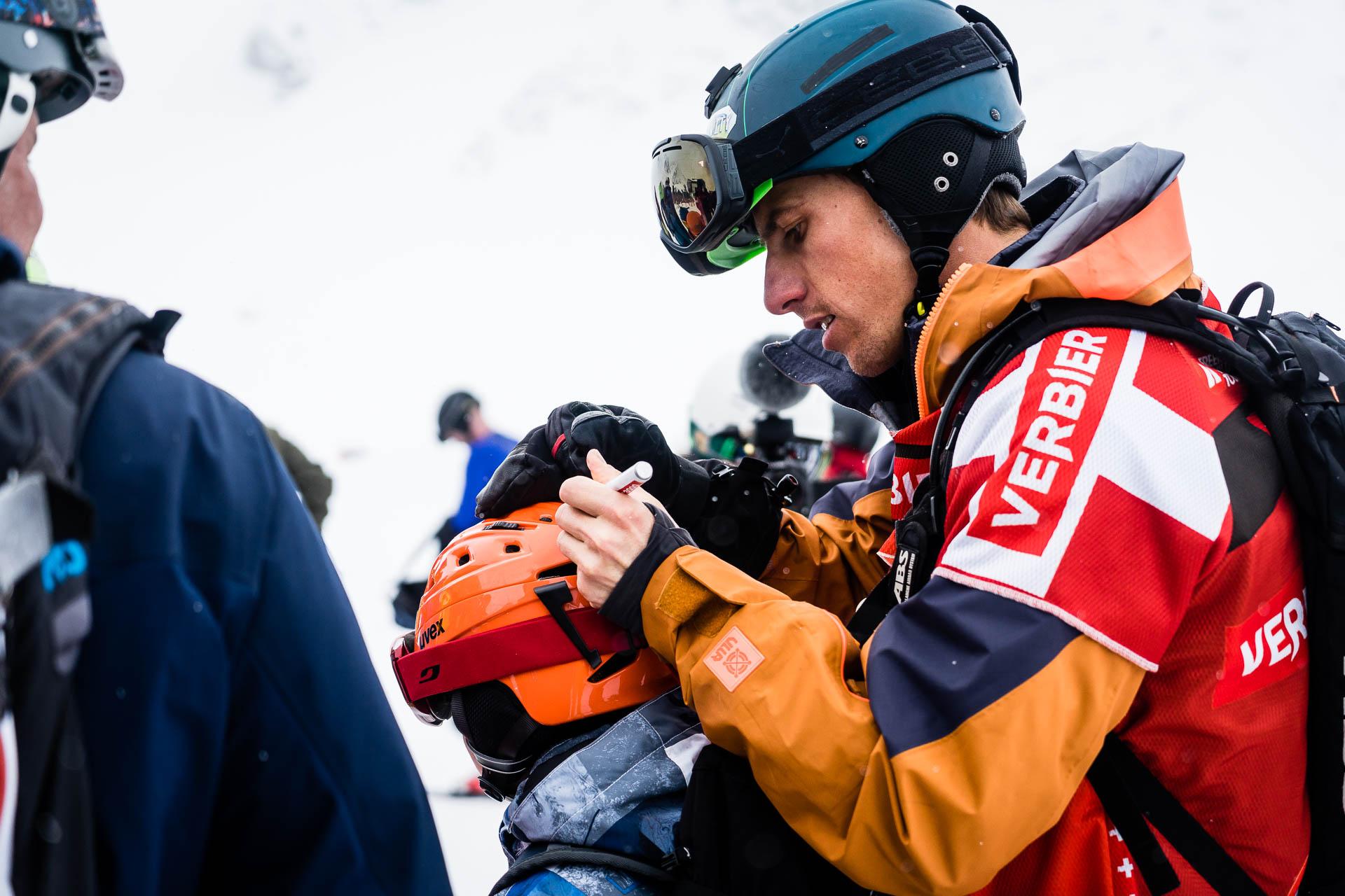 Mickael Bimboes signe des casques avant le départ..